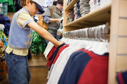Dziecko podczas zakupu używanego ubrania